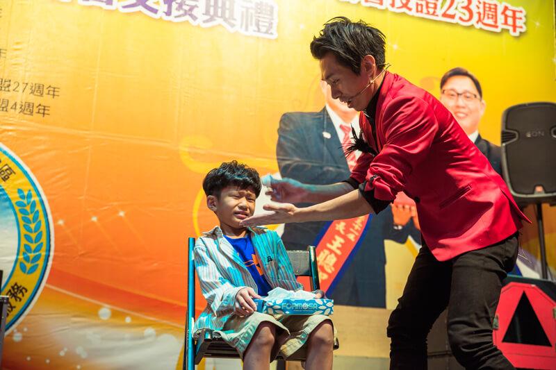 接著魔術師邀請可愛的小朋友上台做互動魔術表演
